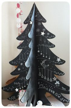 sapin en bois et peinture noire ou ardoise. Well I don't read that language, but this is a cute idea.