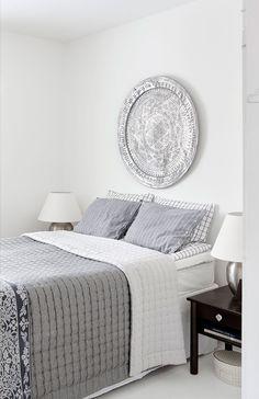 Makuuhuoneen katseen-vangitsija on suuri metalli- lautanen, joka löytyi Tiirinkosken tehtaalta. Niina rakensi normaalia korkeamman rungon sänkyyn, jotta vieraspatjat mahtuvat sen alle. Päiväpeitto on Stockmannin Casa-mallistosta ja lakanat Lexingtonin.