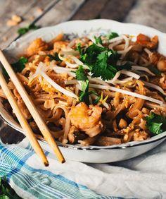 Authentic chicken and shrimp pad thai - Le Coup de Grâce - recettes - Asian Recipes Thai Recipes, Asian Recipes, Soup Recipes, Chicken Recipes, Cooking Recipes, Healthy Recipes, Healthy Soups, Easy Recipes, Vegetarian Recipes