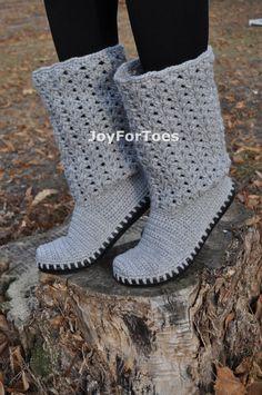 Häkeln-Boots, Boho-Stil, geschnürte Schuhe, Outdoor Boots, Womans Grey Schuh, handgemachte bestellen Gestricken outdoor Stiefel geschnürt für eine romantische Person... Gestricken Hand und Hand genäht, um eine stabile Gummisohle. Mit dem Filz Innensohle für mehr Komfort. --Farbe-- Die Stiefel auf den Bildern sind Beispiele. Bestellen Sie die Stiefel in anderer Farbe auf einem dunklen oder auf einer weißen Sohle nur Convo mich für eine Sonderanfertigung. Bitte wählen Sie hier Ihre Farbe…