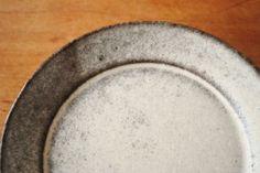 野村絵梨花「白鉄丸皿」、こちらはグレーが多いタイプ。