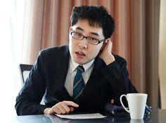 Svět autistů je velká neznámá i přesto, že se o něm často mluví. Na běžné otázky, proč se autisté lidem nedívají do očí nebo zda umějí být šťastni, nedokáže odpovědět téměř nikdo. Proto japonský bloger, spisovatel a autista Naoki Higašida napsal knihu A proto skáču, která právě vychází v češtině.