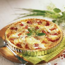 A simple Goat's cheese and smoked ham savoury tart recipe for you to cook a great meal for family or friends. Buy the ingredients for our Goat's cheese and smoked ham savoury tart recipe from Tesco today. Quiche Napolitaine, Bacon Quiche, Quiches, Omelettes, Super Dieta, My Recipes, Cooking Recipes, Tesco Real Food, Salty Foods