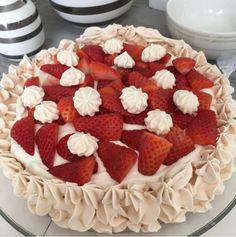 Pavlova blir aldri feil. Det er en av mine absolutte favorittkaker og med friske jordbær og en deilig jordbærcurd blir det både sommerlig og skikkelig godt. Det er et ekstra pluss at det meste kan gjøres ferdig flere dager i forveien. Denne ukens favorittoppskrift har jeg fått lov til å dele med dere av …