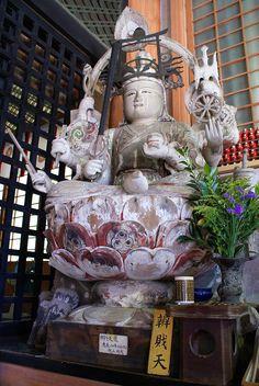 Statue de Benzaiten au Hōgon-ji - Benzaiten est une divinité bouddhiste japonaise & hindoue Sarasvatī du savoir, de l'art & de la beauté, de l'éloquence, de la musique, de la littérature, des arts & des sciences, de la vertu & de la sagesse, de la prospérité & de la longévité. Elle fait partie des Sept Divinités du Bonheur du Shinto.