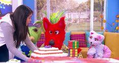 Juli muy emocionada preparó una torta para su amiga, pero cometió el error de encargársela a los peluches quienes la dejaron caer al piso.