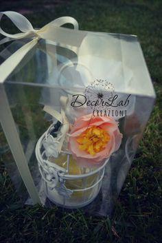 Gabbietta in metallo (Dimensioni 7,5x16cm) con 2 macarons di sapone artigianale e decorativo, fiore in carta e sacchetto tulle con confetti .  Colori personalizzabili