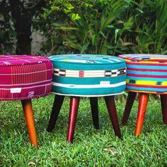 Tabourets Missouwa en pagnes tissés Baoulé #missouwa #tabouret #handmade #pagnetisse #pagnebaoulé #beautifulcolors #africandesign…