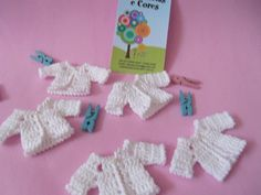 Baby Shower Souvenirs, Doll Clothes, Crochet Earrings, Bb, Nursery, Dolls, Pink Trench Coat, White Roses, Crochet Flowers