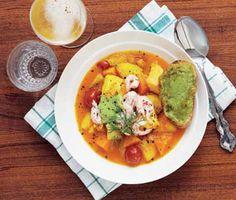 Bjud vännerna på en smakrik och saffransdoftande fisksoppa. Soppan som innehåller lax, räkor och förslagsvis torsk tar inte så lång tid att tillaga. Potatis, morötter, fänkål, saffran och tomat utgör en stor del av den ljuvliga rätten.