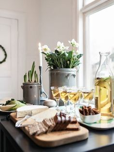Natural and green, Anna Elwing, florist extraordinaire, celebrates Christmas in the greenest way. Christmas Snacks, Noel Christmas, Winter Christmas, Deco Table, A Table, Christmas Interiors, Christmas Entertaining, Christmas Table Settings, Scandinavian Christmas