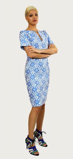 Vestido confeccionado en Jacquard Encaje,Flores Azules sobre fondo blanco. Detalle del escote barco con fisura y manga corta.Cremallera lateral.Ideal como fondo de armario.