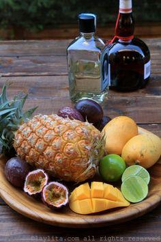 Ingredientes para margaritas de piña, mango, y maracuyá Tropical Margarita Recipe, Margarita Cocktail, Margarita Recipes, Friday Drinking, Passion Fruit Juice, Mango, Frozen, Empanadas, Bartender