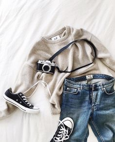 comfy knit // jeans //  chucks // travel-friendly outfit // fall