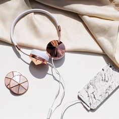 Summertime vibes ☀️ want to change up the look of your FRENDS headphone? Our Mother of Pearl interchangeable caps are the perfect addition to your #RoseGold Taylor & Layla!  by @iamafashioneer #FRENDSmakelifebeautiful