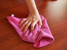 Evita que el polvo se adhiera a los estantes Remoja en suavizante para ropa el trapo que usas para limpiar. Se acumulará menos polvo y gastarás dos veces menos del tiempo en su limpieza.