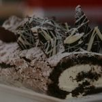 Fearne Cotton Chocolate Roulade recipe on Mary Berry's Christmas Party Chocolate Triffle Recipe, Chocolate Mouse Recipe, Chocolate Roulade, Chocolate Smoothie Recipes, White Chocolate Recipes, Chocolate Frosting Recipes, Chocolate Shakeology, Chocolate Crinkles, Lindt Chocolate
