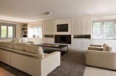 Moderne woonkamer met strakke lijnen en meubels.