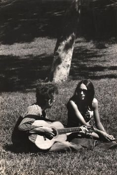 A rare original vintage photograph of Bob Dylan and Joan Baez, talking in a park while Dylan strums his guitar (printed in the This was taken by an unnam Bob Dylan, Woodstock, Rock N Roll, Joan Baez, Folk Music, Music Music, Music Stuff, Hippie Man, Hippie Vibes