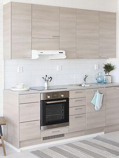 Meritähti, asunto 101. Vaaleaa ja viehkeää Topin taattuun tyyliin. Asunnon sisustus viehättää raikkaudellaan ja mutkattomuudellaan, valkoisen eri sävyt tuovat lisää tilan tuntua. Pirteää kontrastia vaaleuteen saadaan Topin vaaleanruskeilla ovilla ja pastellin sävyisillä sisustusesineillä. Keittiön ovimalli Luoto LU68 vaalean ruskea. Interior Design Inspiration, Kitchen Ideas, Kitchen Cabinets, Future, Home Decor, Modern Bedroom Decor, Kitchens, Yurts, Future Tense