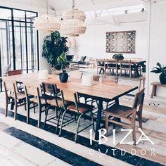 Prachtige foto van een teakhouten tafel met zwart ijzeren onderstel. Deze eetkamertafel is functioneel om met een groot gezelschap te eten. Mooi, gezellig en sfeervol.  Heb je interesse in één van onze producten, een vraag of wil je een afspraak maken in de loods? Stuur dan een e-mail naar ibizaoutdoor@gmail.com en je ontvangt snel antwoord.
