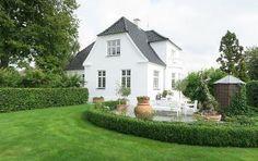 Villa i Glamsbjerg - Bøjsø White Exterior Houses, White Houses, Danish House, Small Villa, Little Cottages, Display Homes, Scandinavian Home, Classic House, House Goals