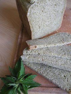 Ricetta del pane alle ortiche con pasta madre fatto in casa nella macchina del pane. Pane casereccio dal colore verde con lievito naturale e erbe spontanee.