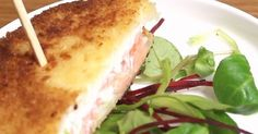 Envie de tester une recette différente du croque-monsieur traditionnel ? Ce croque-saumon est l'alternative qu'il vous faut, avec une recette très facile à réaliser !Le croque-saumo...