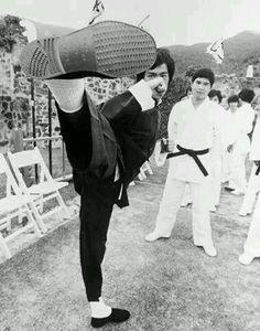 龍 爺( 李 小 龍) 在 片 場 展 示 他 的 踢 腿, 這 一 腳 絕 對 是 直 接 劈 在 人 臉 上 的。