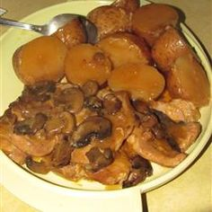 Simple Slow Cooker Pork Chops Recipe - This was really really yummy. I'm not really fond of using condensed soup mixes all that often, but I made an exception to try this recipe. Crock Pot Slow Cooker, Slow Cooker Recipes, Crockpot Recipes, Cooking Recipes, Mushroom Pork Chops, Mushroom Soup, Crock Pot Food, Pork Dishes, Pork Recipes