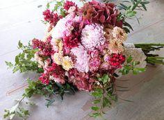 Ramo de novia en tonos rosados de estilo bucólico de Elisabeth Blumen #ramodenovia #bridalbouquet #tendenciasdebodas