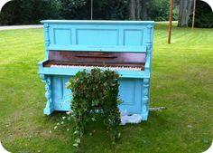 Fantastisk anvendelse af et udtjent klaver. Tænker, at den kunne bruges som blomsterkumme.