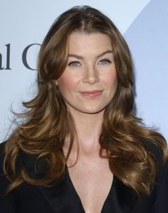Ellen Pompeo Layered Cut - Ellen Pompeo Hair Looks - StyleBistro Blue Grey Hair, Grey Curly Hair, Silver Grey Hair, Hair Color Purple, Blonde Color, Grey's Anatomy, Ellen Pompeo, Meredith Grey Hair, Cool Tone Hair Colors