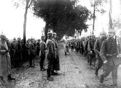 Tropas alemanas desfilan rindiendo honores al Kaiser alemán Guillermo II, en un camino del frente occidental.