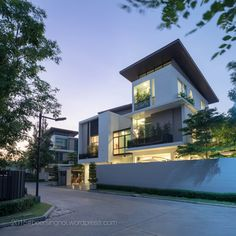 House of 5 Architect & Interior : Jarken Location : Bangkok, Thailand Architecture Building Design, Facade Design, Exterior Design, Minimal Architecture, Modern Tree House, Modern House Design, Beautiful Houses Interior, Beautiful Homes, Morden House
