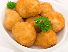 Für die gebackenen Champignons die Champignons zuputzen und wenn nötig holzige Teile des Stiels wegschneiden. Zum Panieren je einen Teller mit
