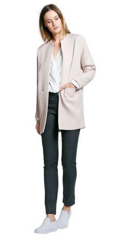 Damen Outfit Clean Coats von OPUS Fashion, weiße Wickelbluse, rosa Mantel und graue Stoffhose