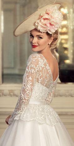 Enamórate de este vestido de novia para tu boda 2015. Inspírate más en http://bodatotal.com/