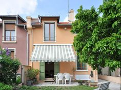 House for sale in VILLEURBANNE - Rhone - Beautiful 3 bedroom house with sunny garden in quiet area of Villeurbanne, 20 minutes from Part Dieu. Ideal for a family. France REF: 75440JCI69 | [13471]