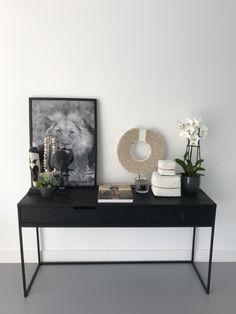 Sidetable met luxe accessoires #stijlvolwonen #chic #zwart White Interior Design, Interior Design Living Room, Living Room Remodel, Home Living Room, Luxury Home Decor, Home Decor Kitchen, Home Decor Inspiration, Room Decor, New Houses