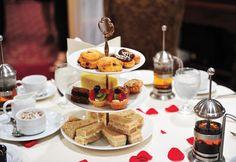 自從十七世紀傳教士將中國的茶帶回英國,英國人對茶狂熱的喜愛就開始了,從皇室和貴族逐步地傳遞到整個英國。