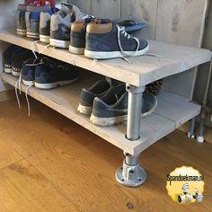 Schoenenkast gemaakt van steigerhout, steigerbuizen en buiskoppelingen. Home Projects, Shoe Rack, Diy And Crafts, Sweet Home, New Homes, Shelves, Living Room, Storage, Home Decor
