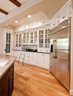 Just like the idea of cabinets from counter to ceiling to maximise storage, tho it limits counter space...