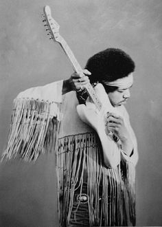 Jimi Hendrix in Woodstock Music Festival years and gear. listening to tuning of guitar, wearing long fringes on his hippy frock. Jimi Hendrix Woodstock, Woodstock Music, Jimi Hendrix Experience, Pop Rock, Rock N Roll, Jimi Hendricks, Historia Do Rock, Music Icon, Cultura Pop