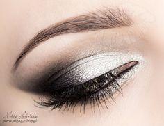 black and white smokey Silver Eyeshadow Looks, Silver Eye Makeup, White Eyeshadow, Eye Makeup Steps, Smokey Eye Makeup, Flawless Makeup, Beauty Makeup, Black And White Makeup, Eyeshadow Designs