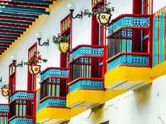 Balcones Antioqueños (Identidad Antioqueña) Son unas hermosas piezas características de la arquitectura colonial antioqueña -por ser de un estilo propio de La Colonización Antioqueña- o simplemente arquitectura antioqueña. Regularmente los balcones antioqueños están compuestos por chambranas y calados. Las chambranas son piezas arquitectónicas hechas con barrotes verticales de macana o a veces demadera tallada o… Colombian Culture, Home Office Decor, Home Decor, Chinoiserie, Glamping, Facade, Vibrant Colors, Mexico, Stairs