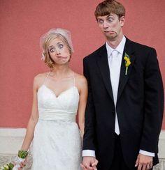 pareja vestidos de novios haciendo muecas