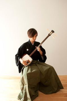 """The Shamisen or Samisen (三味線?, literally """"Three Strings"""") ~ also called Sangen, a three-stringed, Japanese musical instrument played with a plectrum (pick) called a bachi which is similar in shape to an ice scraper or putty knife. Japanese History, Japanese Culture, Japanese Art, Yukata, Geisha, Samurai, Make Mine Music, Tokyo, Folk Music"""