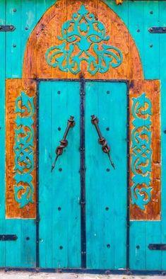 front door paint colors - Want a quick makeover? Paint your front door a different color. Here's some inspiration for you. Knobs And Knockers, Door Knobs, Door Handles, Door Pulls, Cool Doors, Unique Doors, Entrance Doors, Doorway, Front Doors