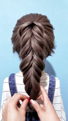 A hairstyle suitable for wearing jeans - Braided Hairstyles Ideas - frisuren Easy Hairstyles For Long Hair, Girl Hairstyles, Braided Hairstyles, Hairstyles Videos, Easy Braid Styles, Hair Upstyles, Hair Videos, Hair Today, Hair Hacks